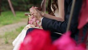 Handen van het bruid en bruidegomclose-up stock videobeelden