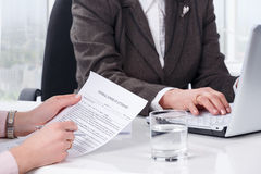 Handen van het document van de vrouwenhandtekening Stock Fotografie