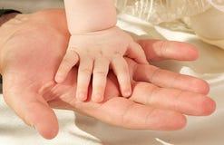 Handen van het kind en zijn vader Stock Foto
