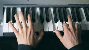 Handen van het mannelijke musicus spelen bij synthesizer De wapensspelen van mensen solo van muziek of nieuwe melodie Sluit omhoo stock video