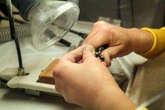 Handen van het metaal mondelinge prothese van de tandtechnicusverwerking royalty-vrije stock fotografie
