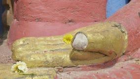 Handen van het standbeeld van Boedha in de Swayambhunath-tempel Katmandu, Nepal stock video