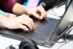 Handen van het unrecognisable bebouwde jonge mens typen op laptop computer royalty-vrije stock afbeeldingen