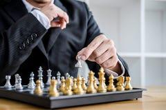 Handen van het zekere spel van het zakenman speelschaak aan nieuw de strategieplan van de ontwikkelingsanalyse, leider en groepsw stock fotografie