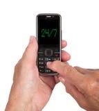 Handen van hogere vrouw met een mobiele telefoon Stock Foto's