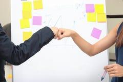 Handen van jonge bedrijfsmensen die vuistbuil geven samen aan groet volledige transactie in bureau Succes en groepswerkconcept royalty-vrije stock fotografie