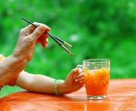 Handen van jonge en oude kunstenaars Stock Fotografie