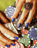 Handen van jonge Kaukasische vrouw met blauwe manicure Stock Afbeelding