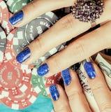 Handen van jonge Kaukasische vrouw met blauwe manicure Royalty-vrije Stock Foto's