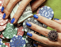 Handen van jonge Kaukasische vrouw met blauwe manicure Royalty-vrije Stock Foto
