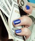 Handen van jonge Kaukasische vrouw met blauwe manicure Stock Afbeeldingen