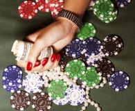 Handen van jonge Kaukasische vrouw met rode manicure Royalty-vrije Stock Foto's