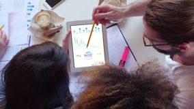 Handen van jonge volkeren die bij bureau werken en Grafiek analyseren stock footage