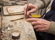Handen van juwelier Royalty-vrije Stock Afbeelding