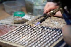 Handen van juwelier bij het werk het zilveren solderen Royalty-vrije Stock Afbeelding