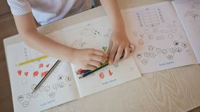 Handen van kinderen die met potloden in kleuterschool trekken Close-up stock video