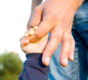 Handen van kindzoon en vader Royalty-vrije Stock Foto's