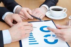 Handen van managers die de grafiek bespreken Stock Foto's