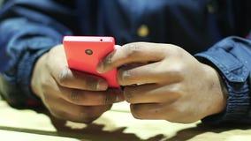 Handen van mannelijke verslaafde aan online spelen die op gadget, mens spelen die smartphone gebruiken stock videobeelden