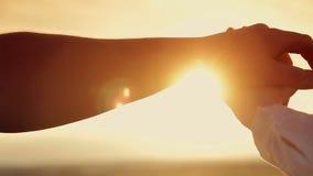 Handen van mannen en vrouwen bij zonsondergang stock videobeelden