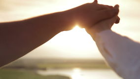 Handen van mannen en vrouwen bij zonsondergang stock video