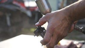 Handen van mechanisch wassendetail van auto door water op het te bespuiten De mens gebruikt nevelfles voor zijn werk Hersteller h stock video