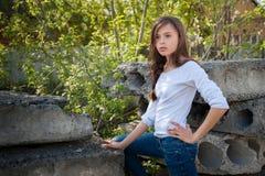 handen van meisjes bedriegen de modeltribunes op heupen op een rek dichtbij stock fotografie