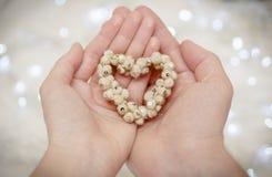 Handen van mens en vrouw door een hart wordt de verbonden dat De kaart van de uitnodiging _1 Stock Fotografie
