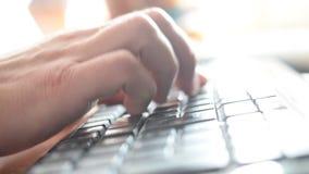 Handen van mens het typen op zwart toetsenbord stock footage