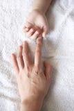 Handen van moeder & jong geitje Royalty-vrije Stock Afbeelding