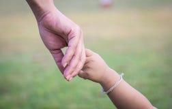 Handen van moeder en kind Stock Foto's