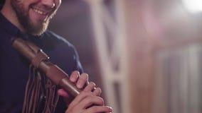 Handen van musicus die etnische fluit spelen stock video