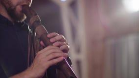 Handen van musicus die etnische fluit spelen stock footage