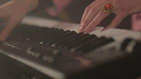 Handen van musicus het spelen toetsenbord bij overleg stock videobeelden