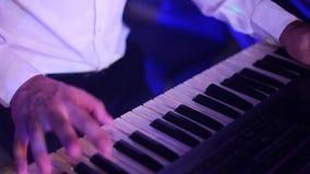 Handen van musicus het spelen toetsenbord in overleg stock video