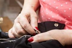Handen van naaister het werken royalty-vrije stock fotografie