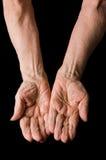 Handen van oude vrouw op zwarte royalty-vrije stock foto
