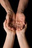 Handen van oude vrouw op zwarte Royalty-vrije Stock Fotografie