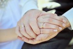 Handen van paar met een mooie trouwring Royalty-vrije Stock Foto's
