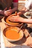 Handen van pottenbakker op het werk Stock Foto's
