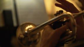 Handen van professionele musicus die muzikaal instrument spelen bij overleg of partij stock videobeelden