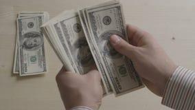 Handen van rekeningen van de zakenman de tellende dollar