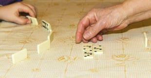 Handen van spelers die domino's spelen royalty-vrije stock foto