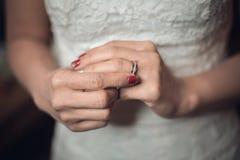 Handen van tedere bruid Mens in kostuum verzacht royalty-vrije stock fotografie