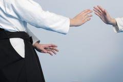 Handen van twee meisjes die zich in houding op krijgs bevinden Royalty-vrije Stock Foto