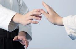 Handen van twee meisjes die zich in houding op krijgs bevinden Stock Afbeelding
