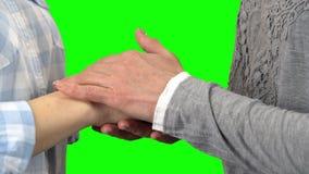 Handen van twee vrouwen Het groene scherm Sluit omhoog stock videobeelden