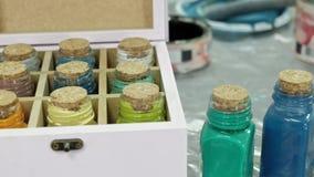 Handen van vingertechniek de kruik en flessen die van verf, de juiste kleur in de vazen de plukken stock videobeelden