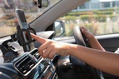 Handen van vrouw die mobiele slimme telefoon in de auto voor mobiele te met behulp van Stock Foto's