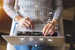 Handen van vrouw die mobiele telefoon in modern bureau met behulp van stock fotografie